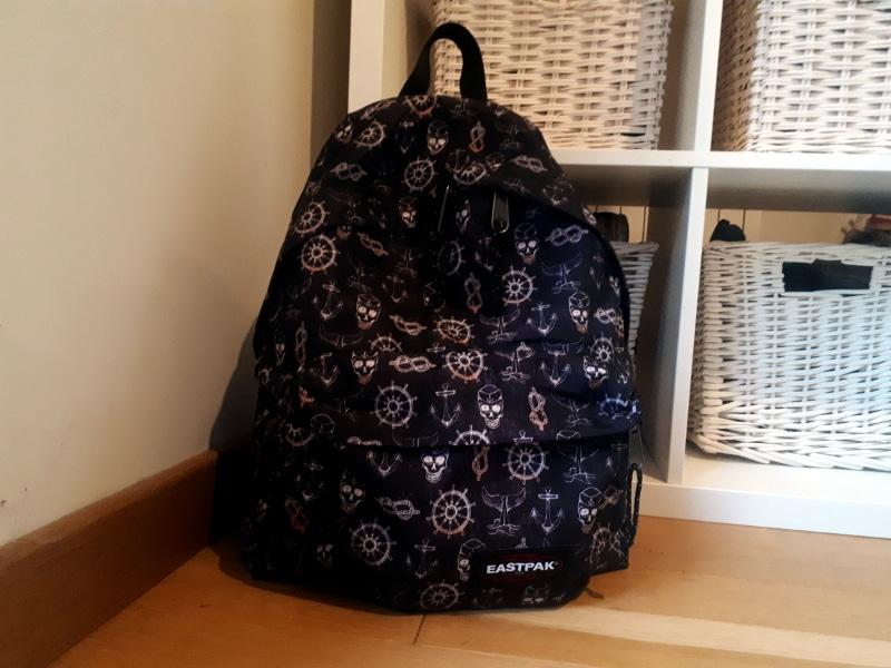 sac à dos eastpack noir avec des têtes de mort