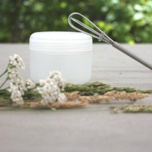 pot blanc contenant un baume pour le corps