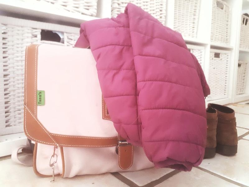 un cartable, manteau et chaussures prêtes pour la rentrée des classes