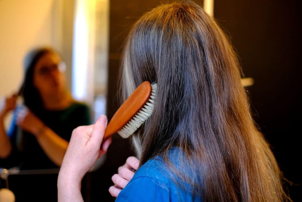 Je me brosse les cheveux matin et soir avec une brosse en bois et poils naturels
